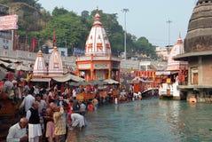 Gente en el terraplén del río de Ganga, Har Ki Pauri Har Ki Pauri es un ghat famoso en los bancos del Ganges en Haridwar Fotografía de archivo