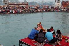 Gente en el terraplén del río de Ganga, Har Ki Pauri Har Ki Pauri es un ghat famoso en los bancos del Ganges en Haridwar Foto de archivo