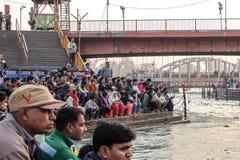 Gente en el terraplén del río de Ganga, Har Ki Pauri Har Ki Pauri es un ghat famoso en los bancos del Ganges en Haridwar Fotografía de archivo libre de regalías