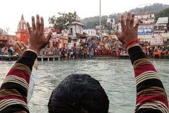 Gente en el terraplén del río de Ganga, Har Ki Pauri Har Ki Pauri es un ghat famoso en los bancos del Ganges en Haridwar Imagen de archivo libre de regalías