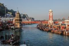 Gente en el terraplén del río de Ganga, Har Ki Pauri Har Ki Pauri es un ghat famoso en los bancos del Ganges en Haridwar Imágenes de archivo libres de regalías