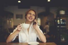 Gente en el trabajo mientras que bebe el café en rotura en cafetería Fotografía de archivo