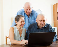 Gente en el trabajo sobre el ordenador portátil Imagen de archivo libre de regalías