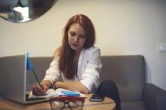 Gente en el trabajo usando el ordenador portátil moderno y Internet inalámbrico rápido Imagen de archivo