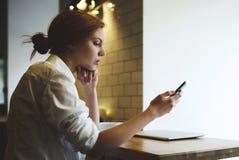 Gente en el trabajo usando tecnologías y wifi modernos Fotografía de archivo libre de regalías