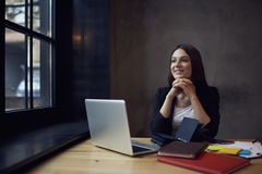 Gente en el trabajo y la conexión inalámbrica libre a Internet Foto de archivo