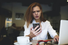 Gente en el trabajo y la conexión inalámbrica libre a Internet en café Foto de archivo libre de regalías
