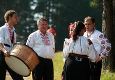 Gente en el traje popular tradicional del folclore nacional justo en Koprivshtica foto de archivo libre de regalías