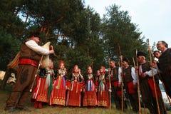 Gente en el traje popular tradicional del folclore nacional justo en Koprivshtica fotos de archivo libres de regalías