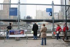Gente en el tributo del World Trade Center Imagen de archivo libre de regalías