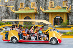 Gente en el vehículo eléctrico, parque de Dainam, Vietnam Fotografía de archivo libre de regalías