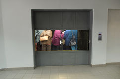 Gente en elevador de carga Imagen de archivo