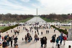 Gente en escaleras del Lincoln memorial y opinión sobre Washington fotos de archivo