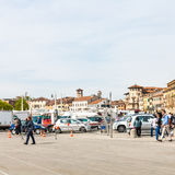 Gente en estacionamiento en el della cuadrado Valle de Prato Foto de archivo