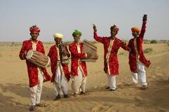 Gente en getup en el desierto Imagen de archivo libre de regalías