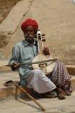 Gente en getup en el desierto Imagenes de archivo