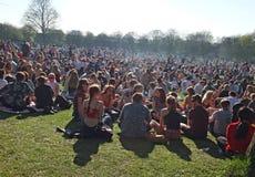 Gente en Hyde Park Leeds en la protesta 420 a hacer campaña para el decriminalization del cáñamo en el Reino Unido fotos de archivo libres de regalías