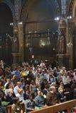 Gente en iglesia católica Imagen de archivo