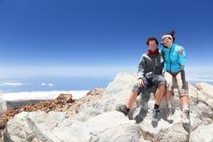 Gente en ir de excursión superior de la montaña Imagen de archivo libre de regalías