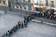 Gente en línea en el museo de Sofía de la Reina, Madrid Foto de archivo