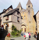 Gente en la abadía Conques - Francia Foto de archivo libre de regalías