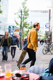 Gente en la acera, Reykjavik, Islandia Imágenes de archivo libres de regalías