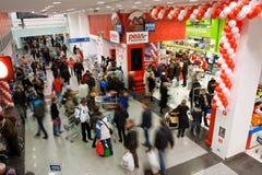Gente en la alameda de compras Imágenes de archivo libres de regalías