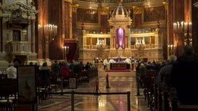 Gente en la basílica de la iglesia del St Istvan durante servicio de la adoración Foto de archivo