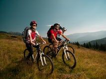 Gente en la bici de montaña foto de archivo