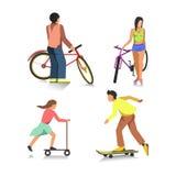 Gente en la bici, muchacho en el monopatín, muchacha en la vespa Imagen de archivo