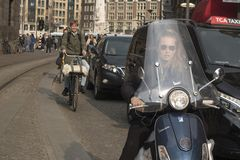 Gente en la calle en Amsterdam Fotos de archivo