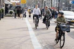 Gente en la calle en Amsterdam Imágenes de archivo libres de regalías