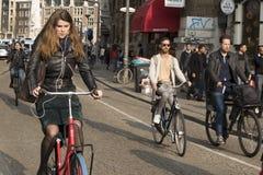 Gente en la calle en Amsterdam Imagen de archivo