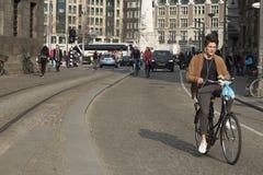 Gente en la calle en Amsterdam Foto de archivo libre de regalías
