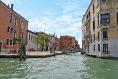 Gente en la calle cerca del puente en Venecia, Italia Foto de archivo libre de regalías