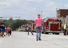 Gente en la calle con los coches de bomberos en un desfile en la pequeña ciudad América Fotografía de archivo libre de regalías