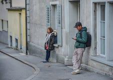 Gente en la calle de la ciudad de Alfalfa imagen de archivo
