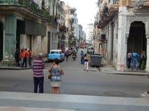 Gente en la calle de Havana Cuba En febrero de 2015 imágenes de archivo libres de regalías