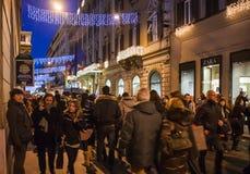 Gente en la calle de las compras en la ciudad de Roma en noche Imágenes de archivo libres de regalías