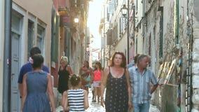Gente en la calle de Rovinj almacen de video