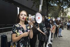 Gente en la calle durante la moda WeekPeople de Londres en la calle durante la semana de la moda de Londres fotos de archivo libres de regalías