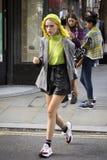 Gente en la calle durante la moda WeekPeople de Londres en la calle durante la semana de la moda de Londres imagen de archivo libre de regalías