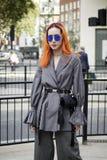 Gente en la calle durante la moda WeekPeople de Londres en la calle durante la semana de la moda de Londres imagenes de archivo