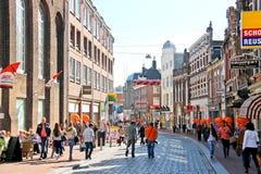 Gente en la calle en Dordrecht, Países Bajos fotografía de archivo