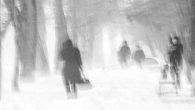 Gente en la calle en invierno Tormenta fuerte, ventisca, fría Foto de archivo libre de regalías