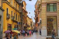 Gente en la calle en un día lluvioso, Verona Italy foto de archivo