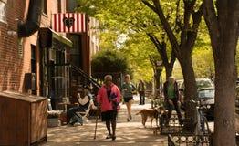 Gente en la calle en una mañana del fin de semana en Brooklyn Nueva York C Imágenes de archivo libres de regalías