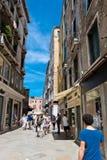 Gente en la calle en Venecia, Italia Imágenes de archivo libres de regalías