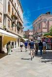 Gente en la calle en Venecia, Italia Fotografía de archivo libre de regalías