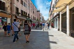 Gente en la calle en Venecia, Italia Fotos de archivo